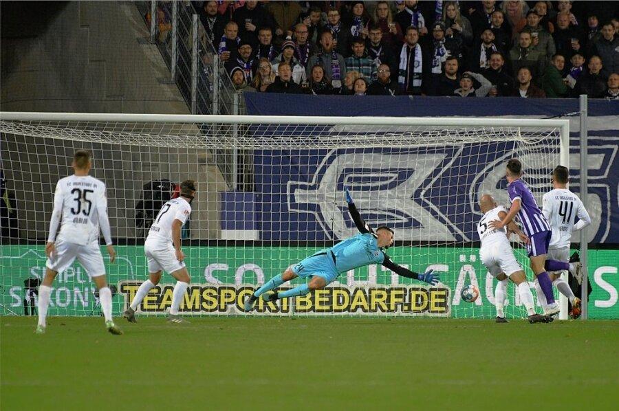Das 1:0 für Aue: Omar Sijaric trifft aus 16 Metern ins Eck.