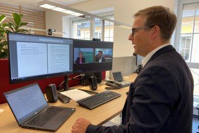 Chefredakteur Torsten Kleditzsch in der Videoschalte mit Ministerin Barbara Klepsch.