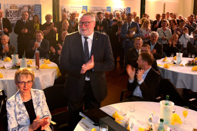 """Der Saal singt """"Happy Birthday"""", Empfang zum 65. Geburtstag von Mittelsachsens Landrat Mattias Damm (CDU), hier mit seiner Frau Ulrike und Ministerpräsident Michael Kretschmer (r.) am Tisch, im Wasserkraftwerk Mittweida."""