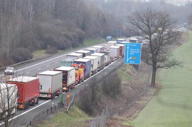 Auf der A 72 zwischen den Anschlussstellen Plauen-Ost und Treuen in Richtung Leipzig ist am Mittwoch ein Lkw umgekippt. Dadurch bildete sich Stau.