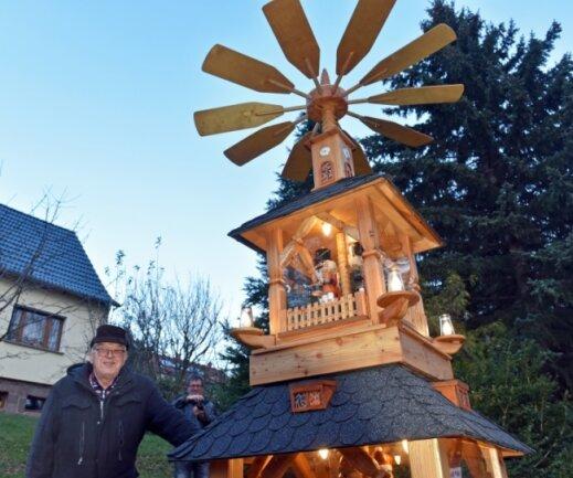 Werner Vogel aus Flöha mit einer selbst gebauten Pyramiden.