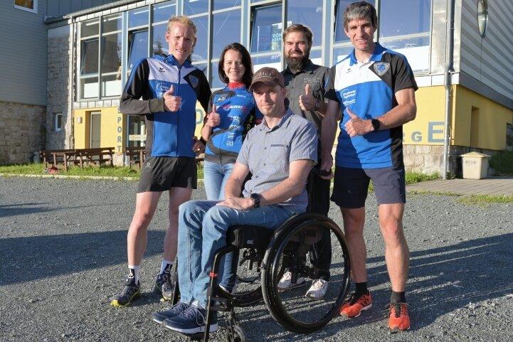 Stephan Mende, Ines Schönfelder, Mirko Sauerbaum und Thomas Ungethüm (von links) setzen sich für Alexander Gläntz (vorn) ein.