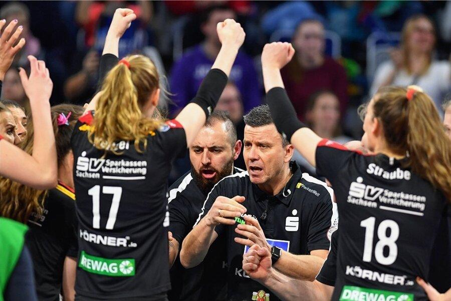 Alexander Waibl motiviert seine Mannschaft im Pokalfinale gegen Stuttgart. Wenig später wird groß gefeiert.