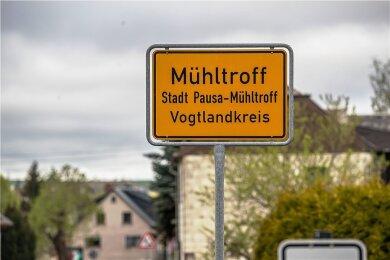 Ein Polizist hat sich im Samstag in Mühltroff vor den Augen von Polizei-Einsatzkräften erschossen. Zuvor hatte er eine 38-Jährige mit einer Waffe bedroht.