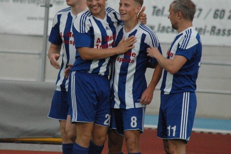 Josias Günnel (2. v. l.) und Maximilian Bayer (3. v. l.) haben in den Testspielen bereits für frischen Wind im Mittweidaer Angriffsspiel gesorgt. Nun wollen beide auch im Pokal glänzen.
