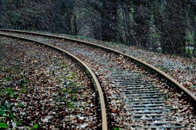 Ein Mensch hatte sich auf den Gleisen befunden, ob es sich um einen Unfall handelte, war am Abend noch unklar.