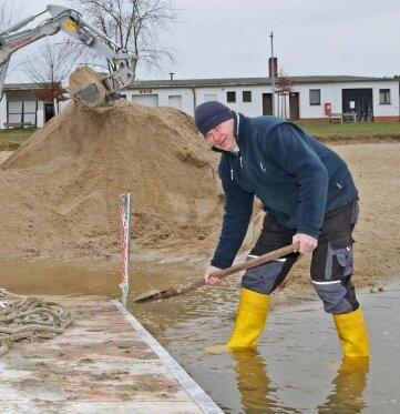 Rüdiger Hupfer hat am Dienstag den Arbeitseinsatz am Strandbad unterstützt. Vor allem im Bereich des Steges befand sich viel Sand im Wasser.