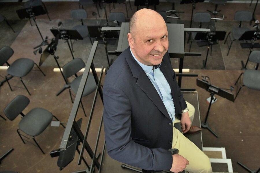 Aus erhabener Position: Chursachsen-Chef Florian Merz dirigiert die Musiker im Orchestergraben, der einer der Schwerpunkte der nun beendeten Bauarbeiten im Naturtheater Bad Elster war.