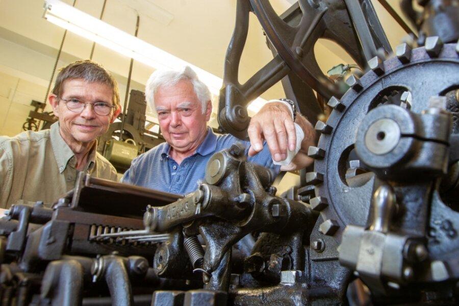Der Stickautomat der Vogtländischen Maschinenfabrik AG aus dem Jahre 1910 ist etwas Besonderes. Frank Luft und Lutz Müller (rechts) haben das Geheimnis der alten Maschine gelüftet.