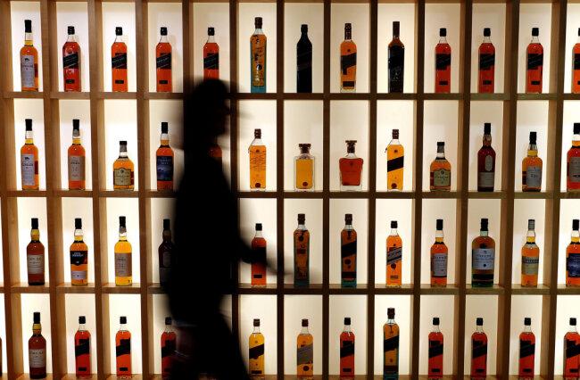 Bislang unbekannte Täter sollen in der Nacht von Mittwoch auf Donnerstag in ein Freiberger Geschäft eingedrungen sein und zehn Flaschen hochwertigen Whiskey im Wert von 2500 Euro gestohlen haben.