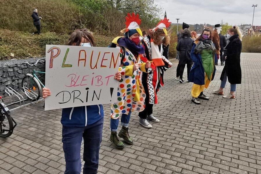 Vor der Festhalle versammelten sich am Dienstag Künstler und Vertreter von Vereinen, um ein Zeichen gegen den geplanten Austritt aus dem Kulturraum zu senden.