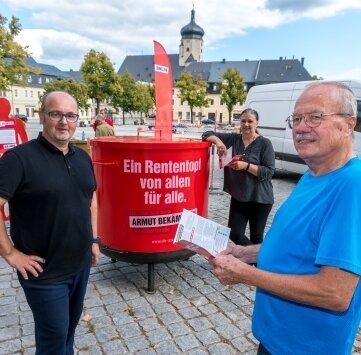 Der Marienberger Werner Heyne (l.) im Gespräch mit Andrea Schrutek (M.), Geschäftsführerin der Partei Die Linke im Erzgebirgskreis, sowie Marko Forberger.