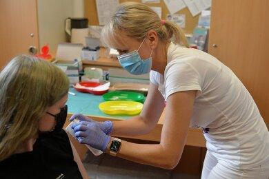 In der Aula des Geschwister-Scholl-Gymnasiums in Freiberg wurde eine Zwölfjährige am Donnerstagnachmittag von Schwester Alexandra für die Impfung vorbereitet und geimpft.
