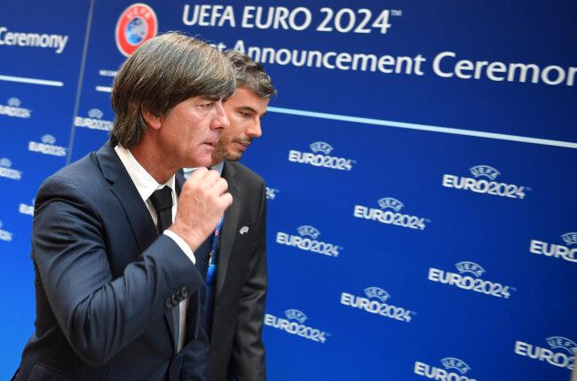 Bundestrainer Joachim Löw (l) von der deutschen Delegation kommt zu der Bekanntgabe-Zeremonie zur Ausrichtung der Fußball-Europameisterschaft 2024.