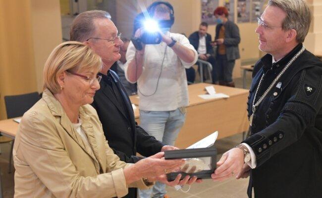 Im Dezember erhielten Rommi und Roland Säurich für ihre Verdienste um den Erhalt des Tivoli von OB Sven Krüger die Ehrenmedaille der Stadt.