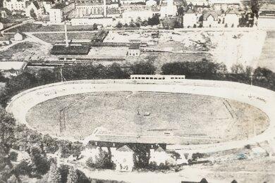 Blick auf die ehemalige Radrennbahn in Chemnitz-Altendorf, auf der einst auch Motorradrennen ausgetragen wurden. Max Hucke feierte dort am 1. Mai 1921 einen weiteren DKW-Erfolg. Die Luftaufnahme entstand Mitte der 1930er-Jahre.