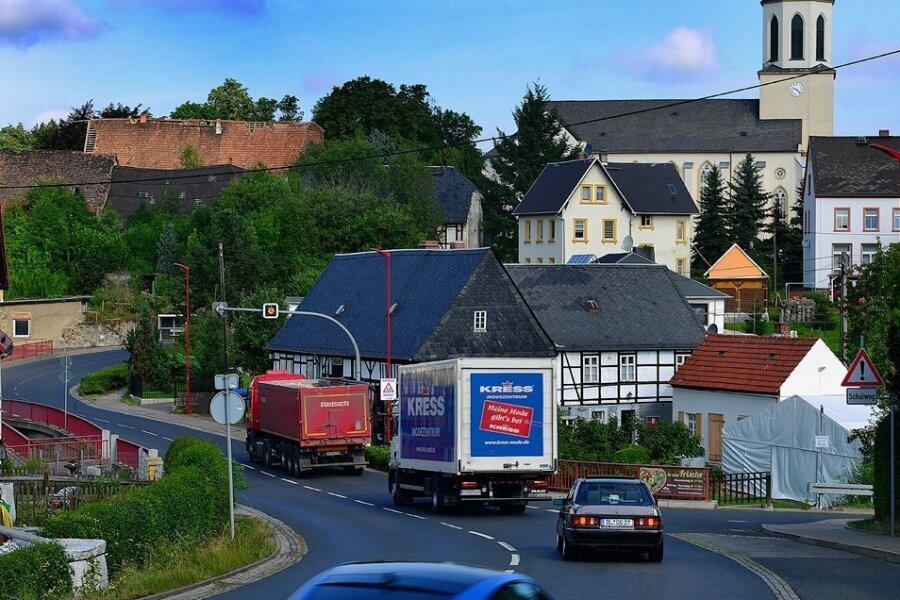 Die B 169 führt mitten durch Greifendorf. In der Ortslage gibt es bei Tempo 30 einen festen Blitzer, direkt vor der Gaststätte Schmiedelandhaus. In früheren Planungen sollte eine Ortsumgehung mit einer Brücke direkt über das Fachwerkhaus führen. Das lehnt die Gemeinde ab.