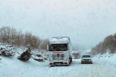 Vielerorts sind am Montag LKW aufgrund der winterlichen Bedingungen auf spiegelglatter Fahrbahn hängen geblieben, so auch auf der Bundesstraße 169 in Schneeberg.