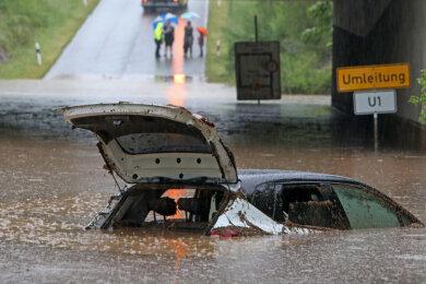 Die Autobahnunterführung der A4 zwischen Glauchau Höckendorf und Meerane füllte sich in nur wenigen Minuten mit Schlamm und Wassermassen von den angrenzenden Feldern. Die Feuerwehr Meerane musste zwei Personen aus ihrem Fahrzeugen retten.