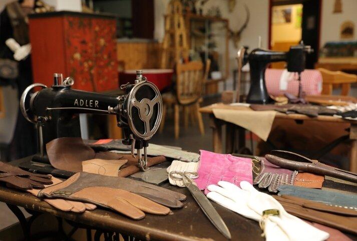 Einblicke in ein altes Handwerk: In der Heimatstube werden die Werkzeuge des letzten Handschuhmachers von Johanngeorgenstadt bewahrt.