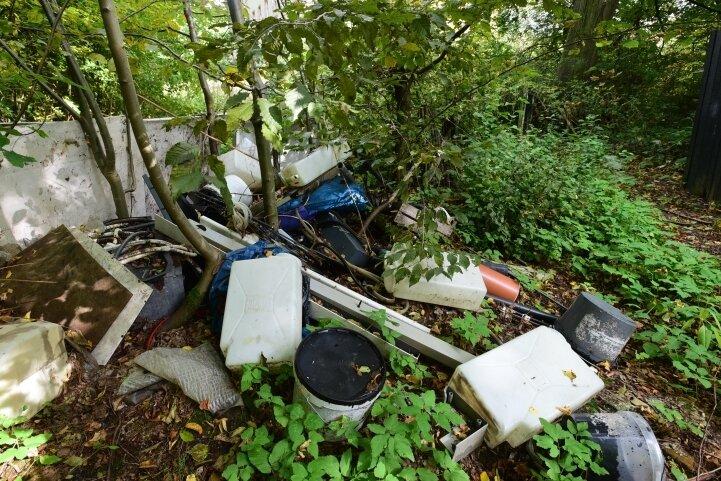Leere Behälter und Möbelreste: Auf dem Gelände neben dem Chemnitztalweg liegt viel Müll - und es kommt immer wieder welcher dazu. Der Eigentümer kommt einer Anordnung zur Beseitigung nicht nach.