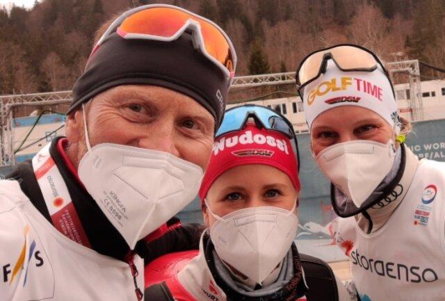 Heiko Hennig mit seiner Tochter Katharina und Victoria Carl (v. l.) während der Ski-WM 2021 in Oberstdorf.