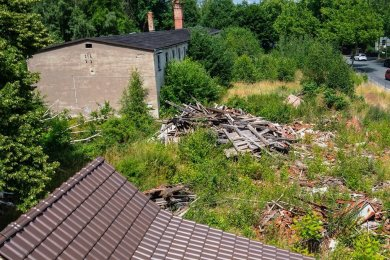 Nachdem der Eigentümer das Haus abreißen ließ, blien der dabei entstandene Schutt liegen.