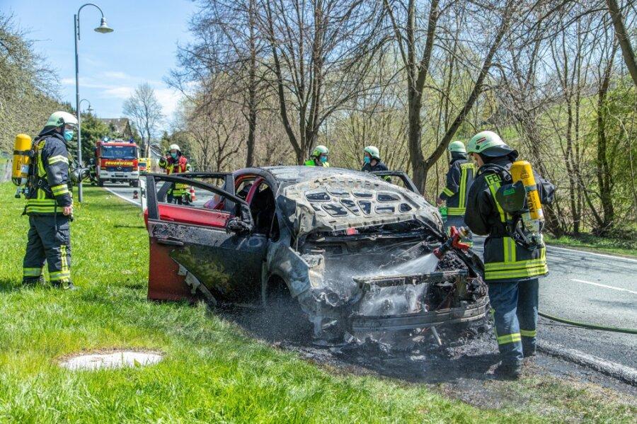 Opel auf S 221 vollständig ausgebrannt