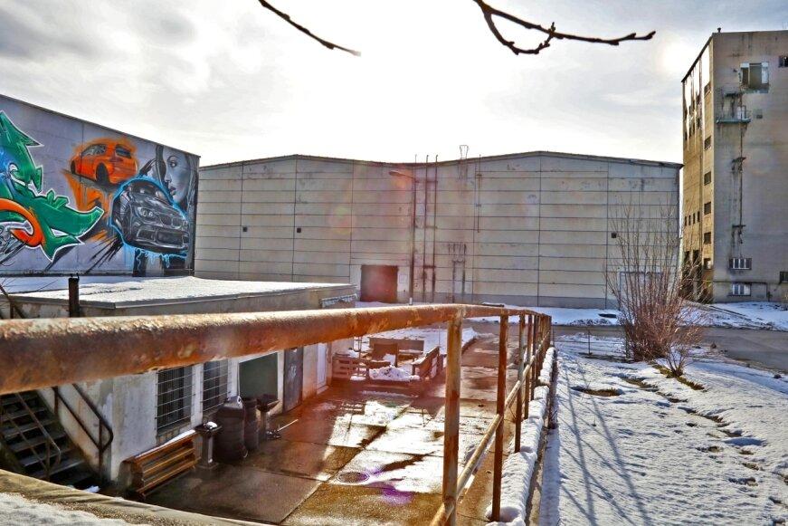 Hier entstanden einst die Bauteile, aus denen das Wohnquartier E5 in Eckersbach gemacht war. E5 ist längst weitgehend wieder abgerissen. Für das Plattenwerk wird aktuell an einer neuen Nutzung gefeilt.