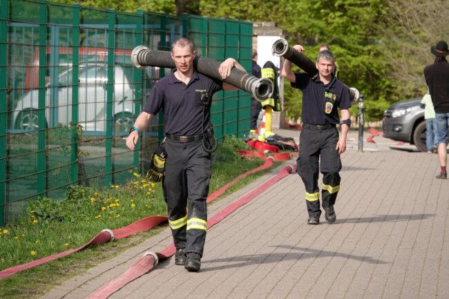 Bevor die Hilfe fließen konnte, mussten die Brandmeister-Anwärter ihre Ausrüstung vorbereiten.