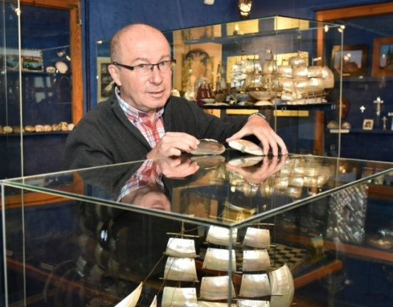 Im Adorfer Perlmutter- und Heimatmuseum im Freiberger Tor werdenheute mehr als 1000 kunstvolle und verzierte Gegenstände gezeigt. ImFoto: Museumsleiter Steffen Dietz.