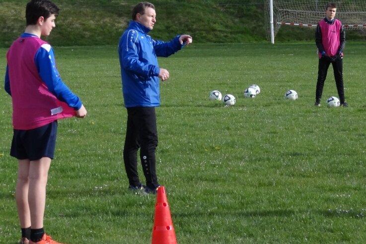 Andreas Neugebauer (Mitte) weist seine C-Junioren der Spielgemeinschaft Bergen/Tirpersdorf/Kottengrün im Stationstraining an. Seit Mittwoch wird auf dem Tirpersdorfer Fußballplatz wieder trainiert.
