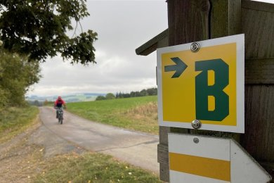 Grünes B auf gelbem Grund: Die Markierung Blockline im Osterzgebirge ist fertig, die 140 Kilometer lange Route kann ab sofort in Angriff genommen werden. Sie ist auch für sportliche Kinder ab 8 Jahren machbar.