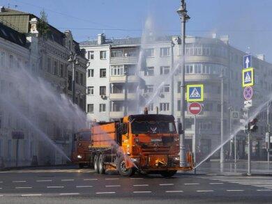 Ein Einsatzfahrzeug versprüht im Zentrum Moskaus großflächig Desinfektionsmittel.