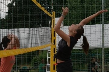 Auch Tessa Töpfer (r.) und Joni Tothgingen beim Beachvolleyball-Turnier in Burkhardtsdorf ans Netz.