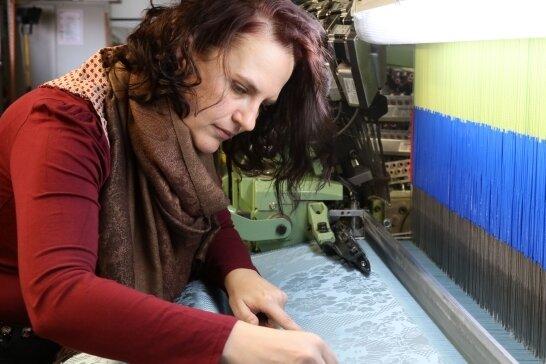 Beim Vermessen der Muster achtet Peggy Wunderlich auf jedes Detail.