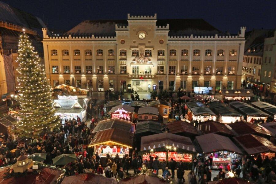 Der Zwickauer Weihnachtsmarkt soll wie gewohnt auf dem Hauptmarkt stattfinden - allerdings mit ein paar Buden weniger als auf diesem Bild aus dem Jahr 2018.