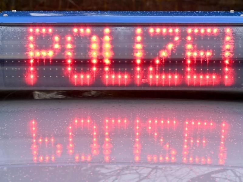 Die Leuchtschrift «Polizei» ist auf dem Dach eines Streifenwagens der Polizei zu sehen.