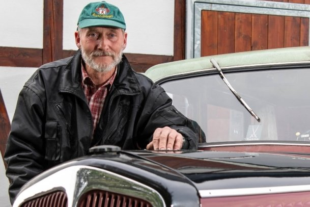 Steffen Dolina mit seinem Oldtimer DKW F 8. Das Auto wurde 1940 gebaut und in den 1950er-Jahren umgestaltet. Mit dem Fahrzeug war Steffen Dolina auch viermal an der Ostsee.