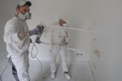 Auf der Baustelle für ein neues Pflegeheim an der Weststraße in Limbach-Oberfrohna weißen Sascha Seehars (Foto vorn links) und sein Kollege Frank Lauer von der Malerfirma Steinert die Wände. Aufgrund der Pandemie haben sich die Arbeitsbedingungen geändert.