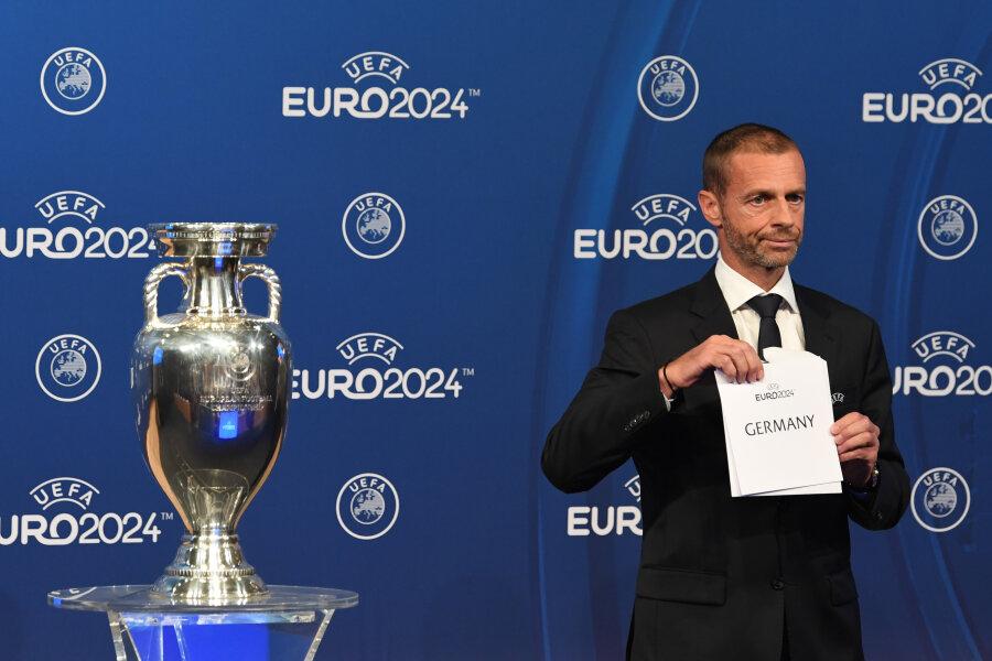 UEFA-Präsident Aleksander Ceferin öffnete bei der Bekanntgabe-Zeremonie den Umschlag.