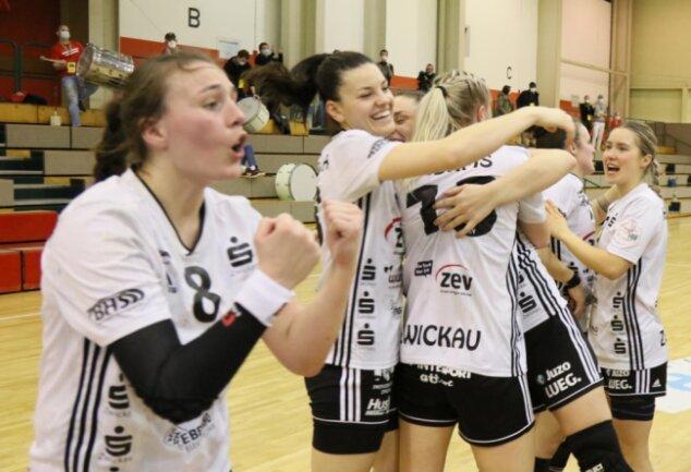 Diana Dögg Magnusdottir (links) will am Samstag mit dem BSV Sachsen Zwickau auch nach dem Spiel gegen den HC Leipzig wieder jubeln. Bislang stehen zehn Siege, ein Remis und zwei Niederlagen zu Buche.