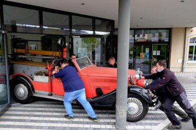 Um den Horch 500 Feuerwehrmannschaftswagen von 1931 in den Ausstellungspavillon der einstigen Horch-Fabrik und heutigen Awo-Zentrale in Reichenbach zu bugsieren, brauchte es Fingerspitzengefühl. Fotos: Franko Martin (3)