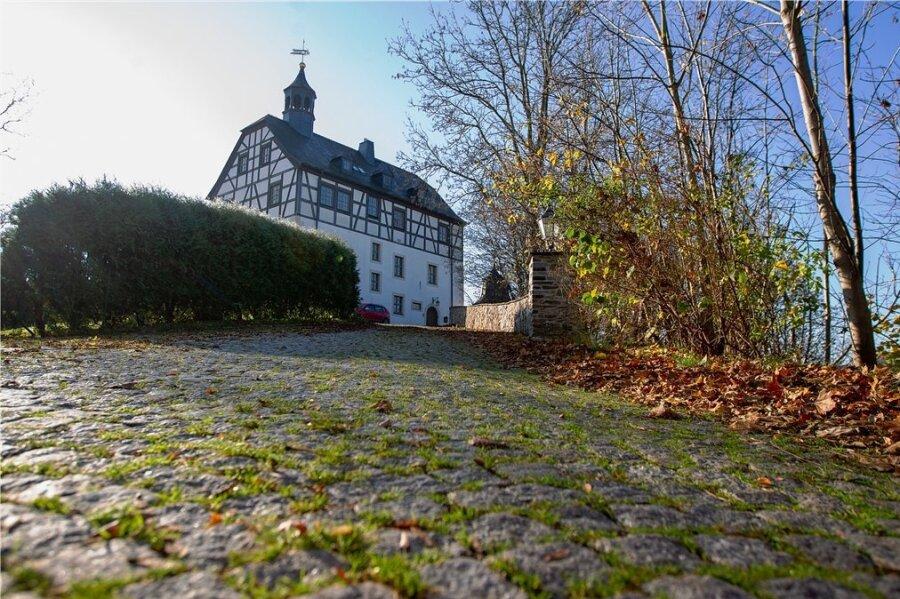 Das Jößnitzer Schloss steht hoch über einer Parkanlage.