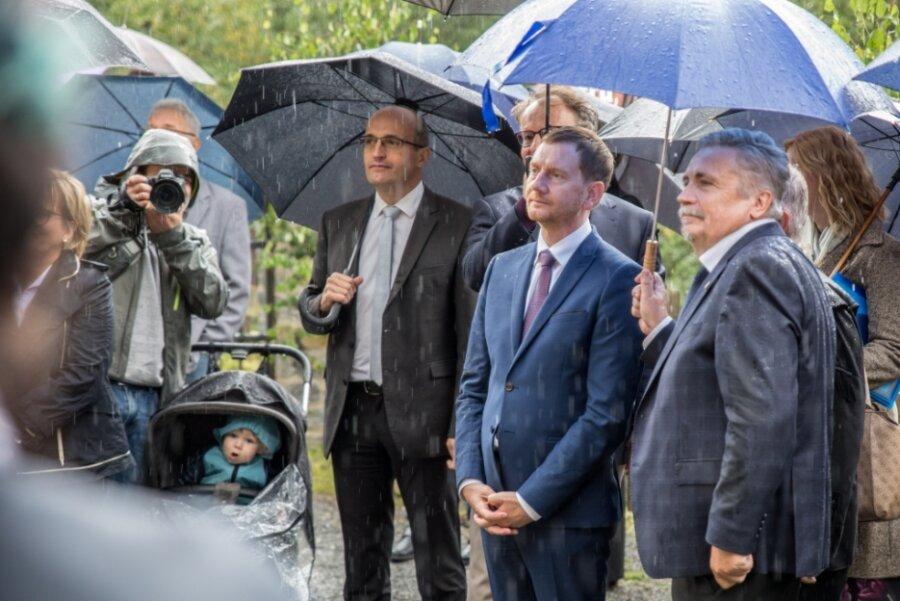 """Michael Kretschmer (Bildmitte) - hier bei den Feierlichkeiten """"400 Jahre Frohnauer Hammer"""" - hatte auch Oberwiesenthal am 28. August einen Besuch abgestattet. Erst danach wurde bekannt, dass es dort eine Morddrohung gegen ihn gab."""