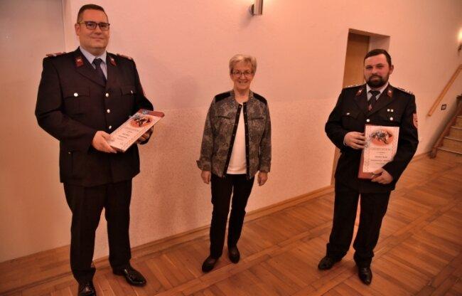 Veiko Hampel (links) ist zum Gemeindewehrleiter von Triebel gewählt worden. Sein Stellvertreter ist Sebastian Hennig (rechts). Bürgermeisterin Ilona Groß (parteilos) übergab beiden die Urkunden.