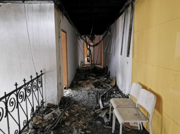 Das Gebäude Uhlandstraße 18 ist nicht mehr bewohnbar. In der Brandwohnung hat die Polizei am Montag eine Leiche geborgen.
