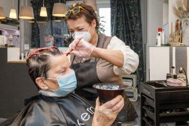 Birgit Beck hatte Glück. Sie hatte am Dienstag noch einen Termin bei Friseurmeisterin Antje Nehm von den Haarschneidern in Annaberg bekommen. Nun hoffen alle, das es am 10. Januar weitergehen kann. So richtig daran glauben aber die befragten Friseurinnen nicht. Die ersten Termine für Januar sind aber unter Vorbehalt schon in allen Auftragsbüchern.