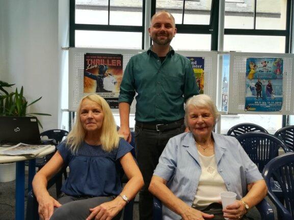 """Mutter Ute Adler (l.) und Großmutter Johanne Neumärker (r.) unterstützten Christian Adler (Mitte) bei der Lesung im """"Freie Presse""""-Shop."""