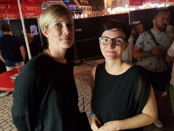 """Stadtfestorganisatorin Grit Weise (l.) im Gespräch mit """"Freie Presse""""-Reporterin Heike Hampl (r.)."""